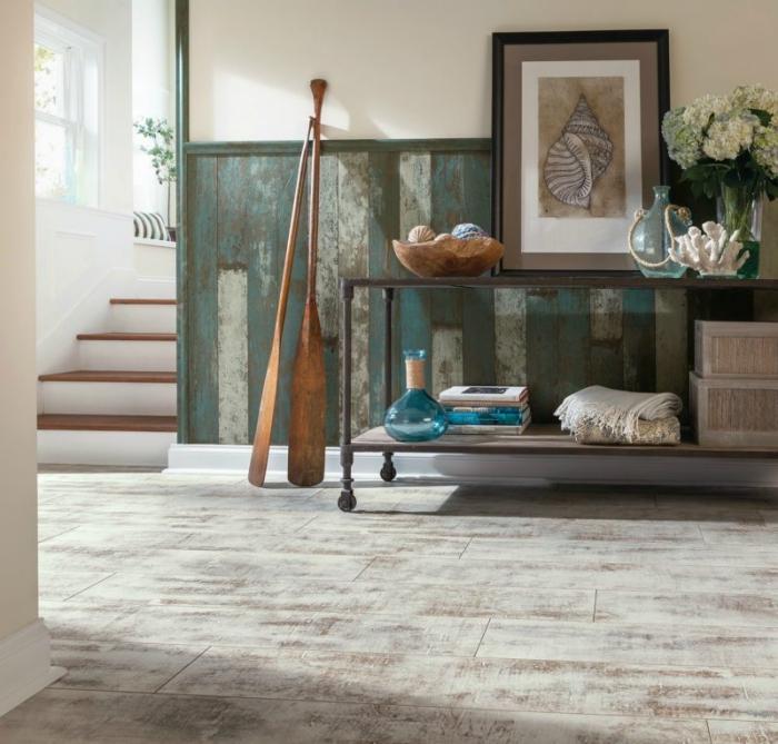 comment aménager une entrée de style rustique avec soubassement en planches de bois, idée comment habiller un mur
