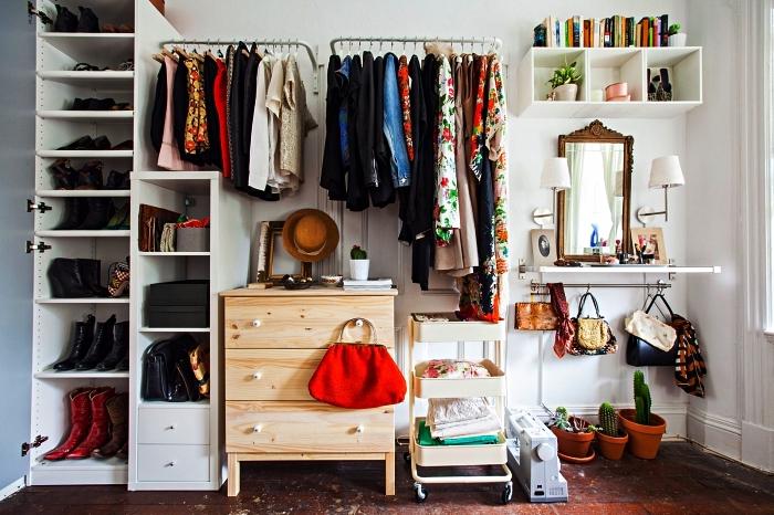 idée de dressing chambre à coucher aménagé tout au long du mur avec des meubles et des rangements ikea
