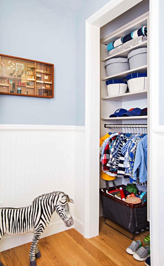 idée dressing sur mesure aménagé dans un renfoncement mural avec étagères et barre de penderie