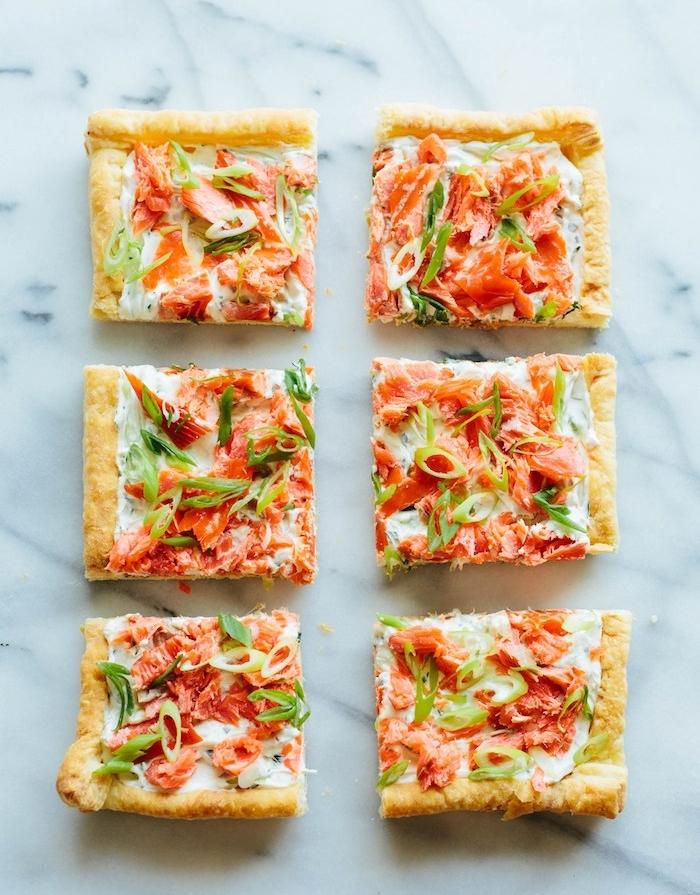tarte au fromage à la crème et saumon fumé avec des herbes fraiches sur pate brisée, recette avec pate feuilletée salée