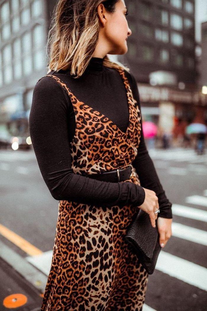 Pull noir étroite et robe motif animal tenue chic femme, mode automne hiver 2019, cool idée tenue femme cheveux mi longs ombré