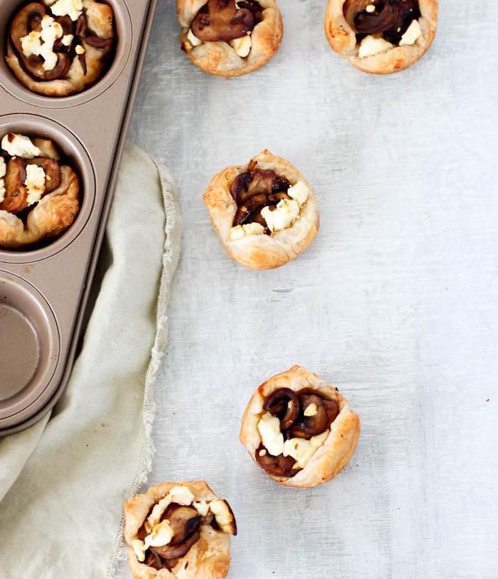 que faire avec une pate feuilletée, muffins salés apéro avec oignon caramélisé, champignons et fromage feta