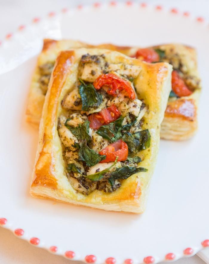exemple de recette avec pate feuilletée, poulet, épinards, tomates cerise, oignons et des herbes