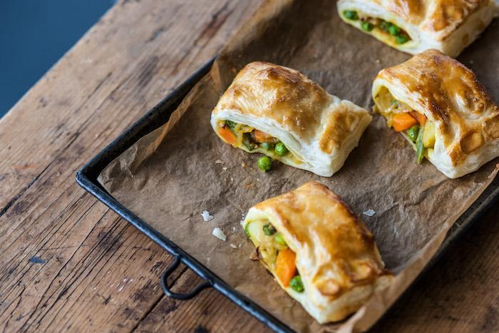 idée apéritif dinatoire feuilleté aux légumes, petits pois, patates douces, oignon, fromages à l interieur