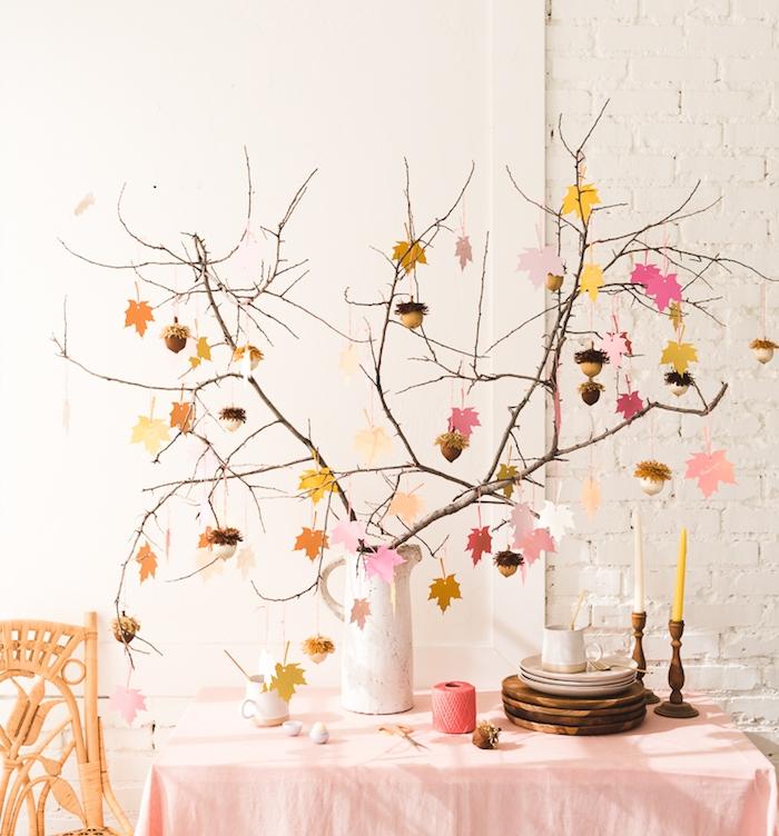deco automne a faire soi meme facilement, arbre d automne avec des branches naturelles dans vase et deco de feuilles d automne de papier et glands