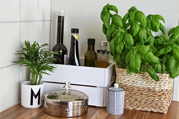 astuce rangement pour cuisine, une caisse knagglig peinte en blanc transformée en étagère de rangement pour huile et vinaigre
