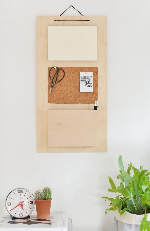 idée déco bureau avec objets DIY, modèle suspension mural fait main en bois avec poches crayon et tableau liège