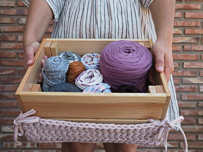 caisse en bois ikea détournée en panier de rangement pour matériel de couture avec couvercle diy au crochet