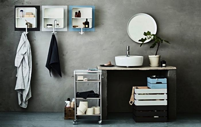 diy rangement pour salle de bains, des caisses de rangement en bois empilées, peintes en noir, blanc et bleu, salle de bains en ciment avec plan lavabo en ciment