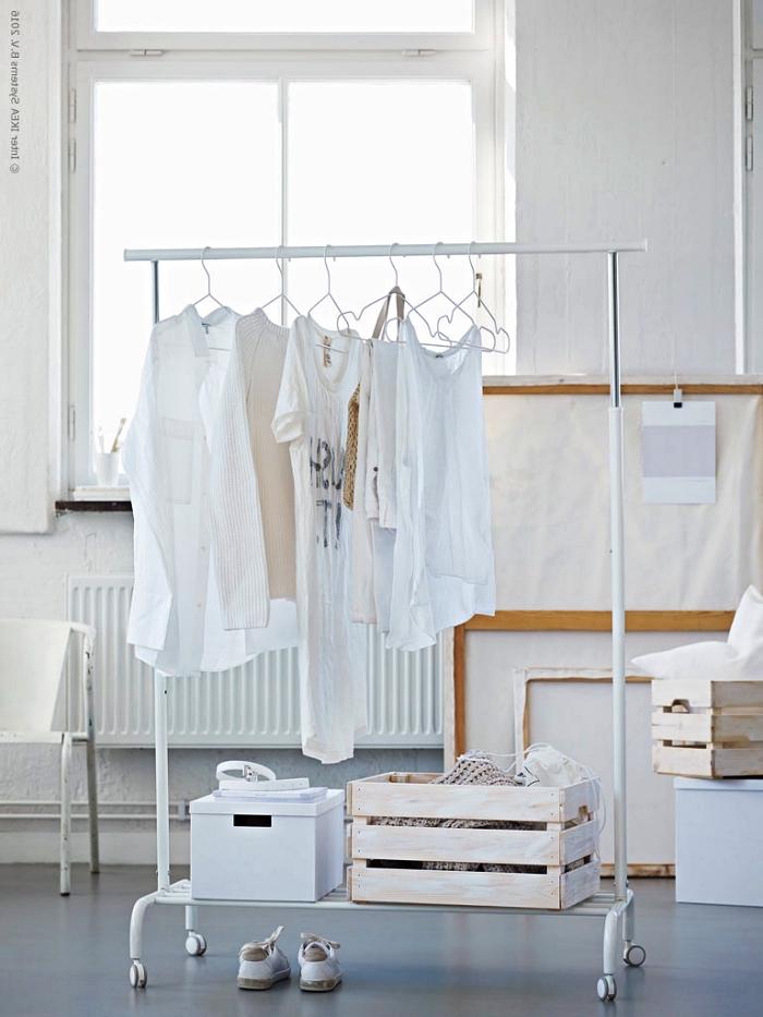 idée diy rangement pour vêtements, dressing ouvert avec penderie, caisse de rangement ikea et une boîte de rangement