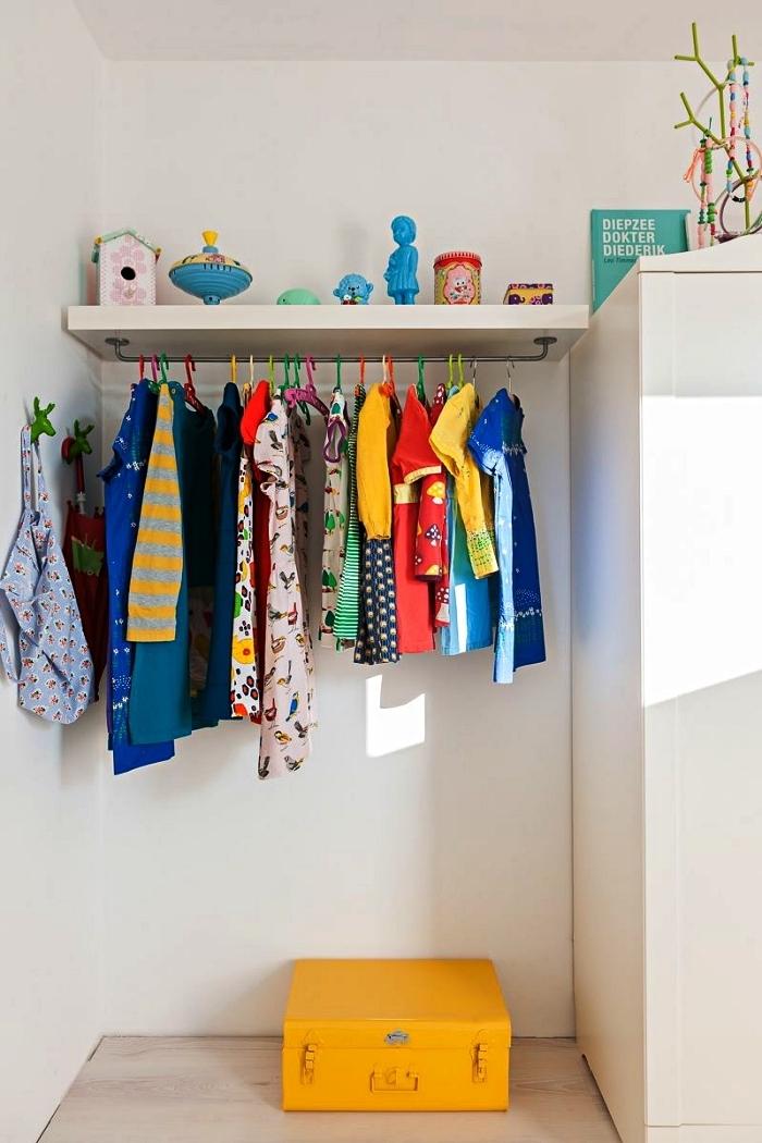 tablette murale avec tringle installée à côté du placard, idée dressing dans la chambre d'enfant