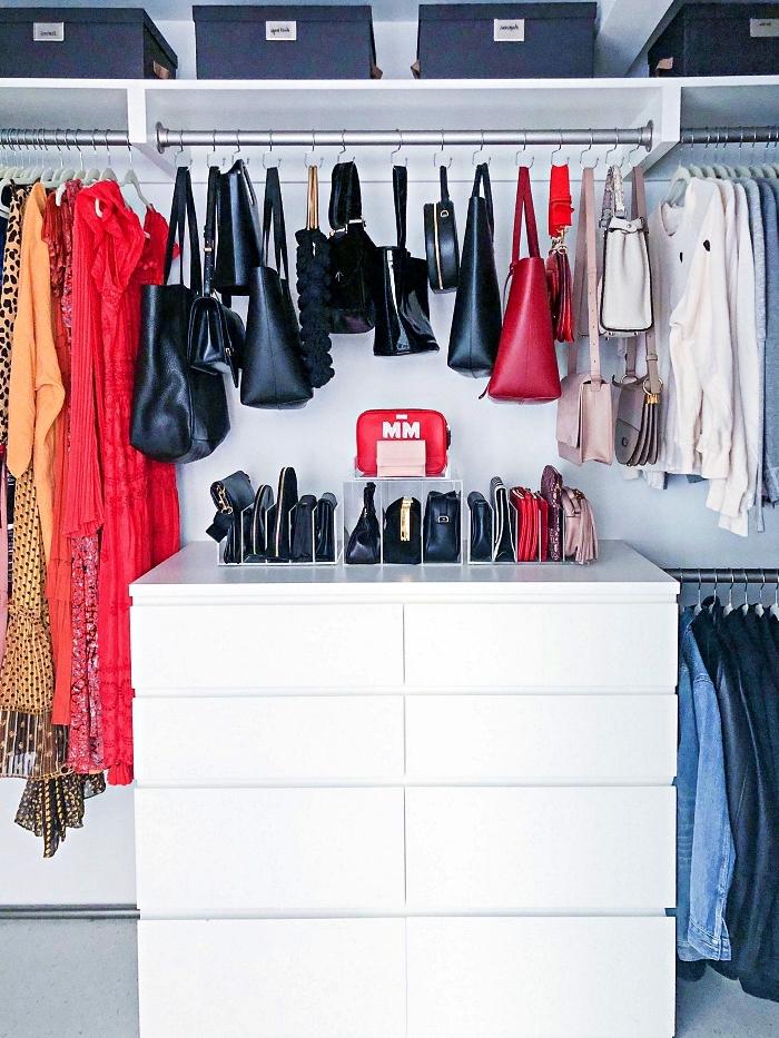 aménagement chambre avec dressing, coin dressing avec étagère, barres de penderie et commode