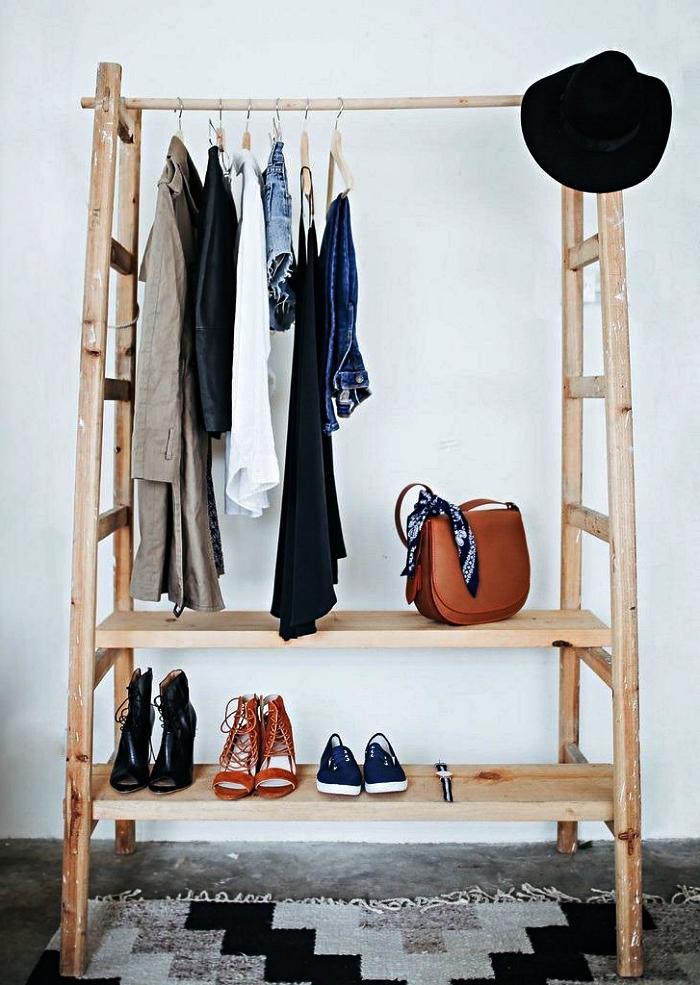 portant à vêtements fabriqué à partir d'une échelle double en bois, idée pour créer son dressing soi même