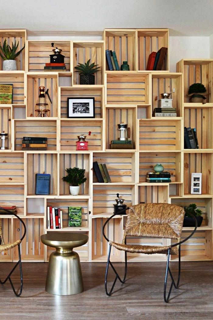bibliothèque diy avec des caisses en bois ikea qui occupe le mur entier, ikea hacks pour réaliser un meuble de salon