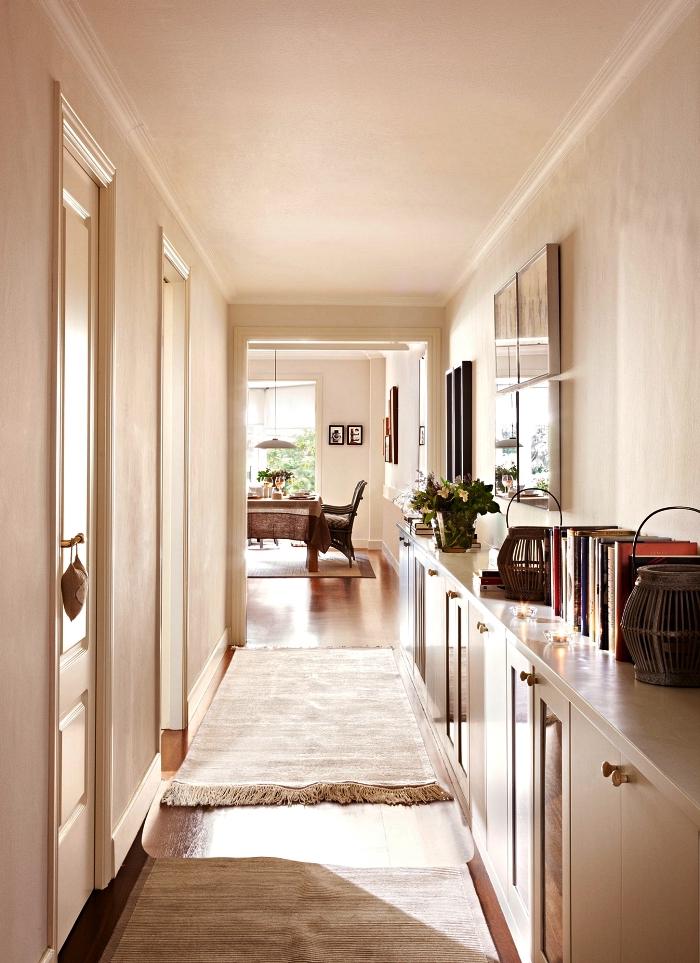 aménagement entrée longue et étroite avec buffet en enfilade qui sert de rangement et de décoration