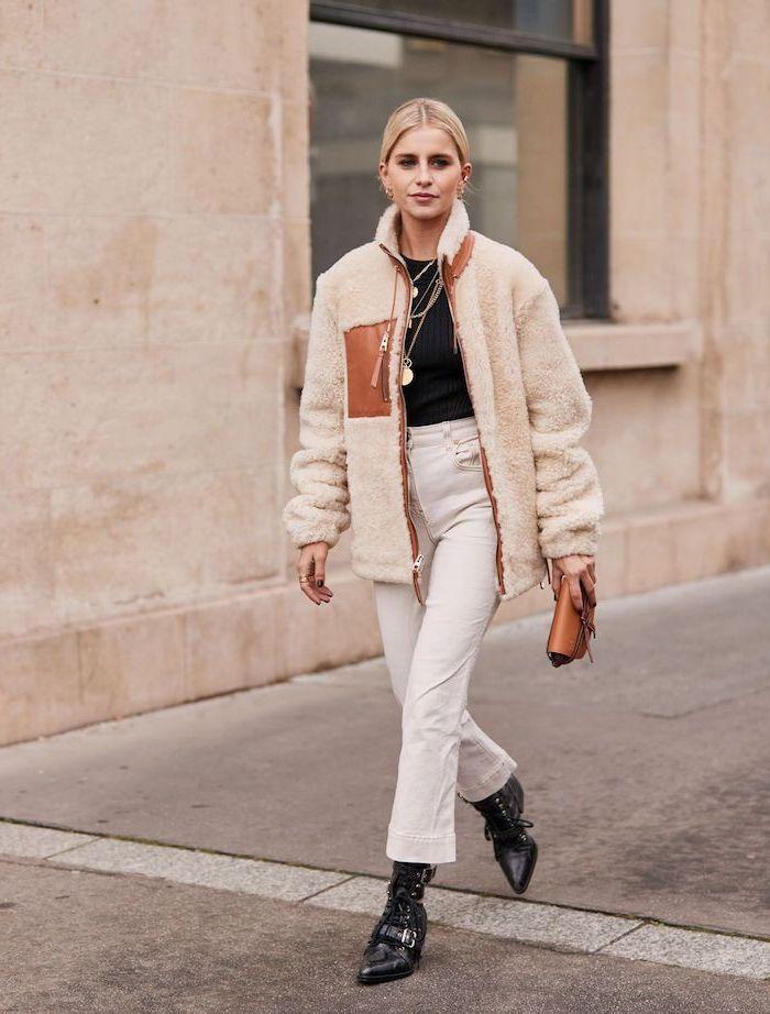 Fausse fourrure manteau courte jean blanc et bottes noirs, idée comment s'habiller femme blonde, tenue classe femme, tendance automne-hiver 2019-2020