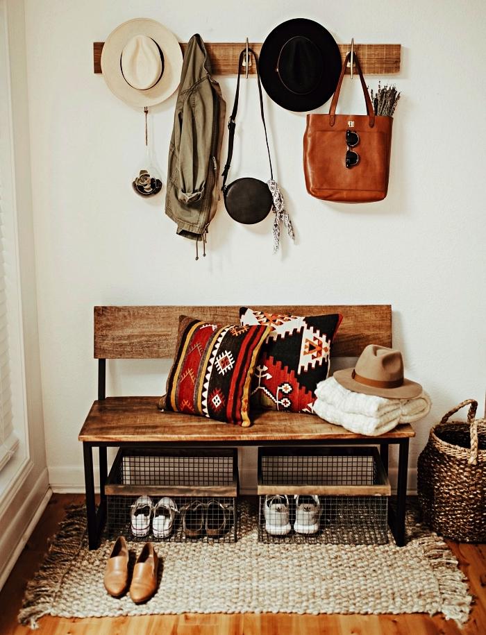 banc d'entrée avec rangement pour chaussures en cagettes métallique associé à un porte-manteau mural en bois
