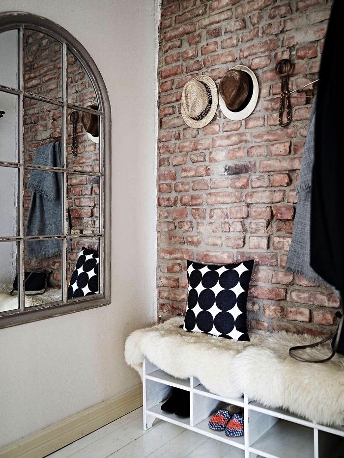 banc d entrée avec rangement pour les chaussures posé contre un mur d'accent en briques, décoration d'entrée avec miroir fenêtre vintage