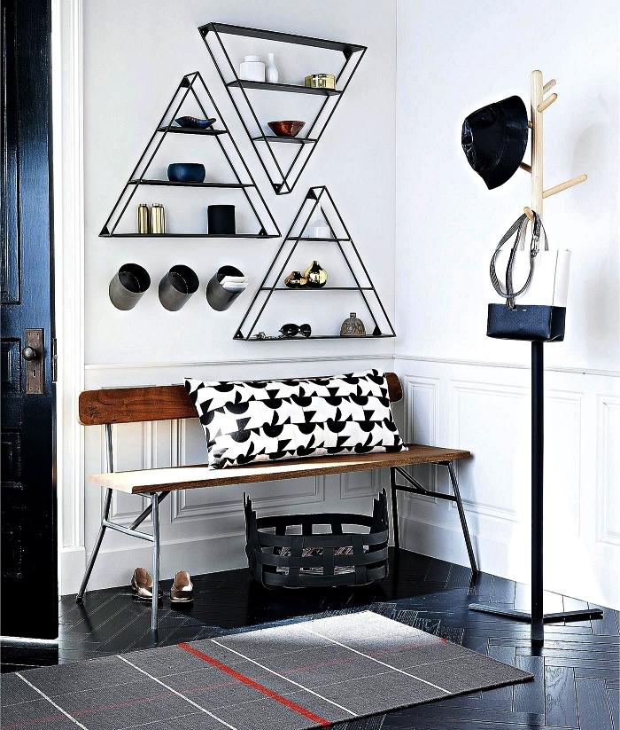 deco entree en noir et blanc avec banc vintage, étagères triangles en acier noir et une penderie entrée minimaliste en bois