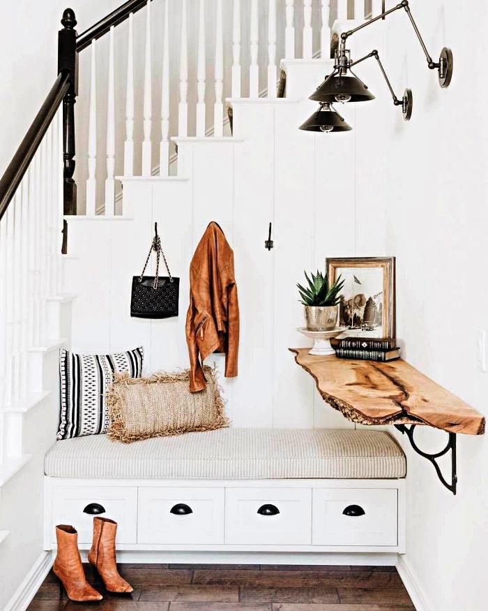 banc d entrée avec rangement, étagère murale en bois rustique et des appliques murales industrielles pour un coin déco aménagé sous l'escalier,