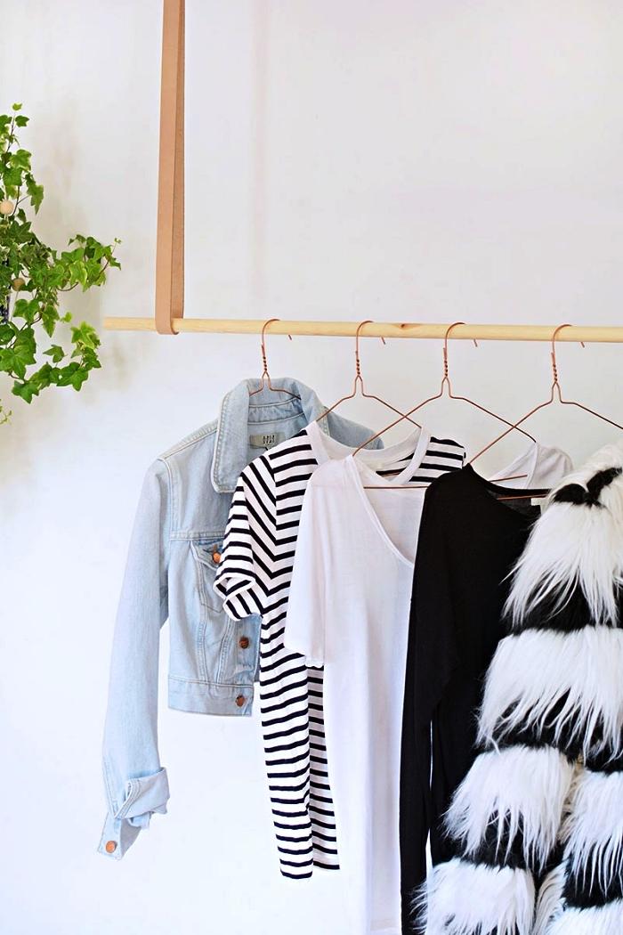 penderie suspendue au plafond avec lanières en cuir, coin dressing diy au design minimaliste