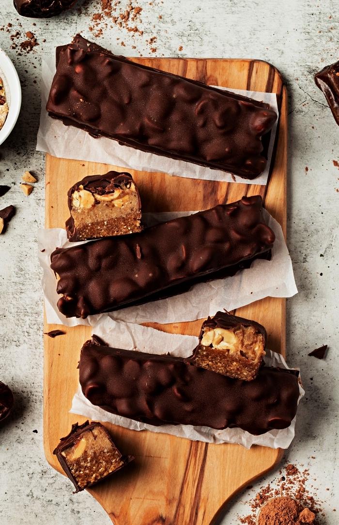 recette vegan de barres au chocolat et cacahuètes façon snickers, idée de petits desserts sans cuisson, dessert facile et rapide et original