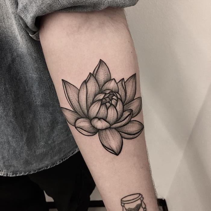 Beau modèle de tatouage avant bras, signification fleur de lotus, les meilleures idées de tatouage, garçon chemise gris, photo de la main tatouée