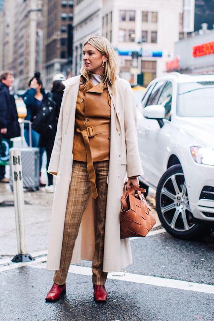 Beige manteau longue et tailleur original brune claire tendance automne hiver 2019 2020, tenue à la mode automne