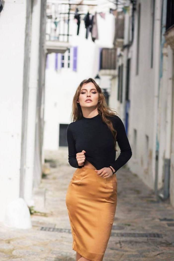 Beauté féminine jaune jupe crayon et blouse noire étroite, cool idée tenue femme vacances, couleur tendance 2019, femme stylée comment s'habiller