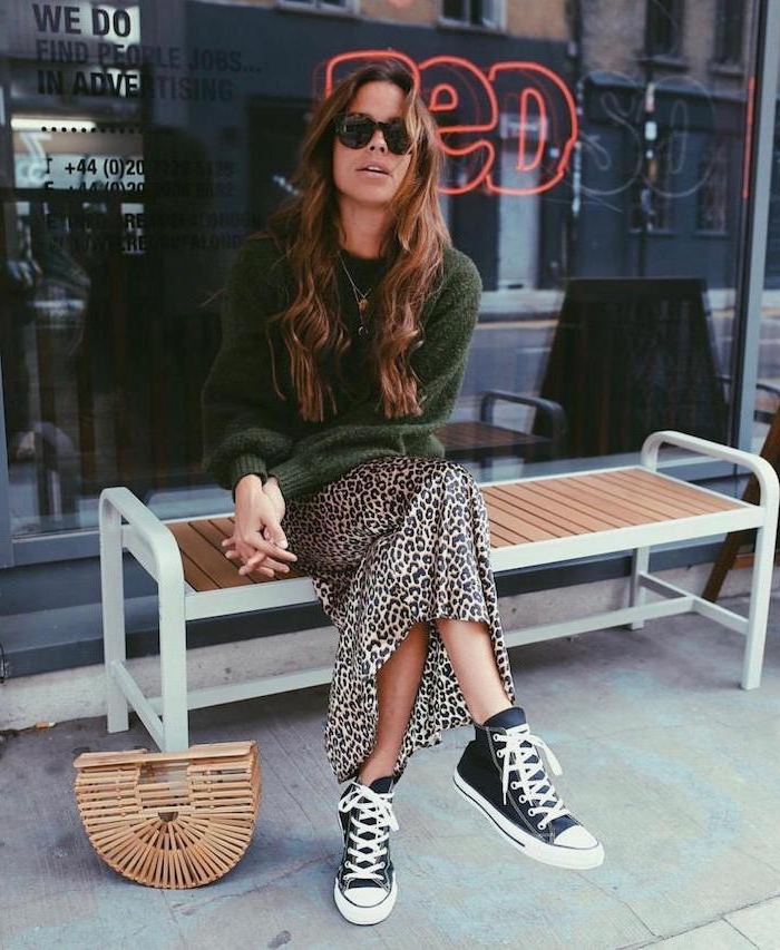 Tenue avec baskets converse noir, jupe animal print satin, mode automne hiver 2019, comment s'habiller comme une femme stylée