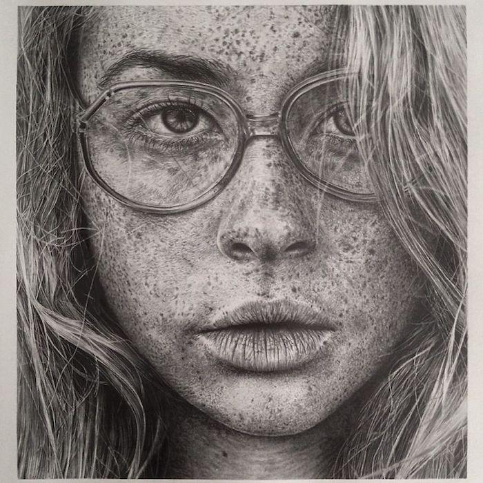 Visage de fille avec lunettes et rousseur dessin au crayon, dessin réaliste, comment dessiner de façon réaliste
