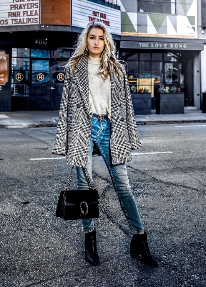 mode hiver 2019 femme, look casual chic en jeans clairs avec pull blanc assortis avec accessoires et chaussures en noir