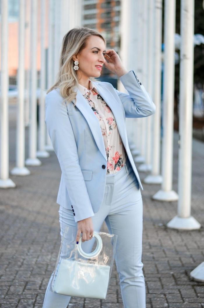 tailleur pantalon femme chic pour mariage, quelle couleur vêtement pour femme invitée mariage, tailleur bleu pastel femme