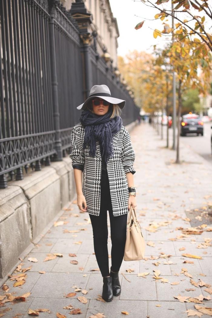 mode hiver 2019 femme, idée comment bien s'habiller en blanc et noir avec accessoires capeline grise et sac à main beige