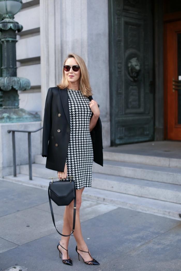 tenue femme tendance hiver 2019 2020, modèle de robe blanc et noir courte combinée avec blazer noir et chaussures hautes