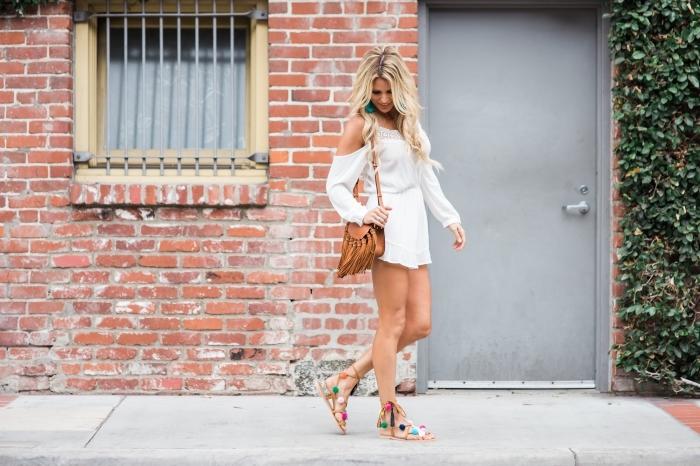 look bohème chic en shorts et blouse épaules dénudées en blanc avec sac à main cuir marron et sandales plates femme