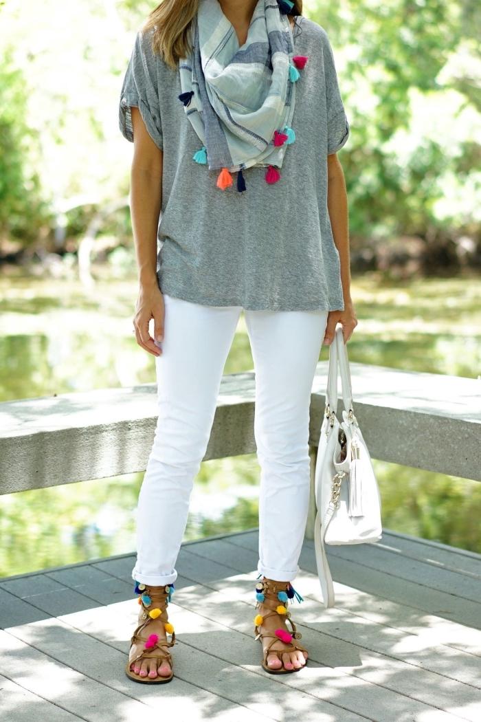 comment assortir les couleurs de ses vêtements, tenue en blanc et gris femme avec accessoires DIY avec pompons