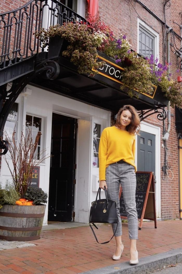 imprimé tendance 2019 mode femme, modèle de pantalon 7/8 pied de poule combiné avec pull-over en jaune