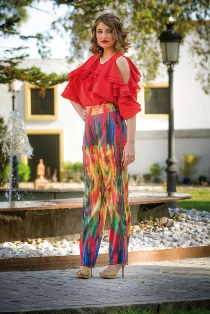 quelle couleur pour vêtement femme invitée mariage, exemple de pantalon multicolore à taille haute avec blouse rouge