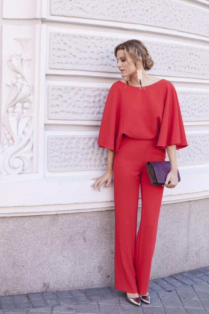 idée tenue élégante pour femme invitée en combinaison rouge, exemple coiffure élégante pour mariage aux cheveux en chignon