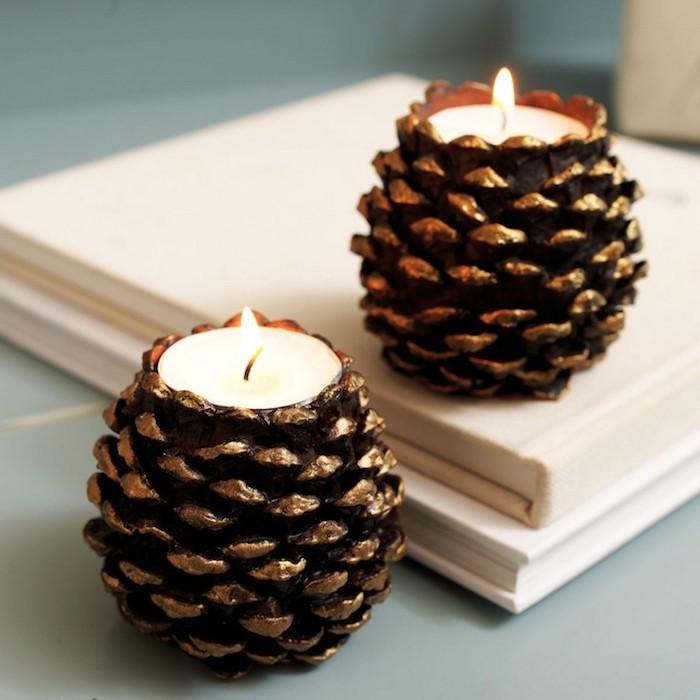 porte bougie fabriqué dans une pomme de pin dorée avec bougie à l intérieur sur un tas de livres, activité automne