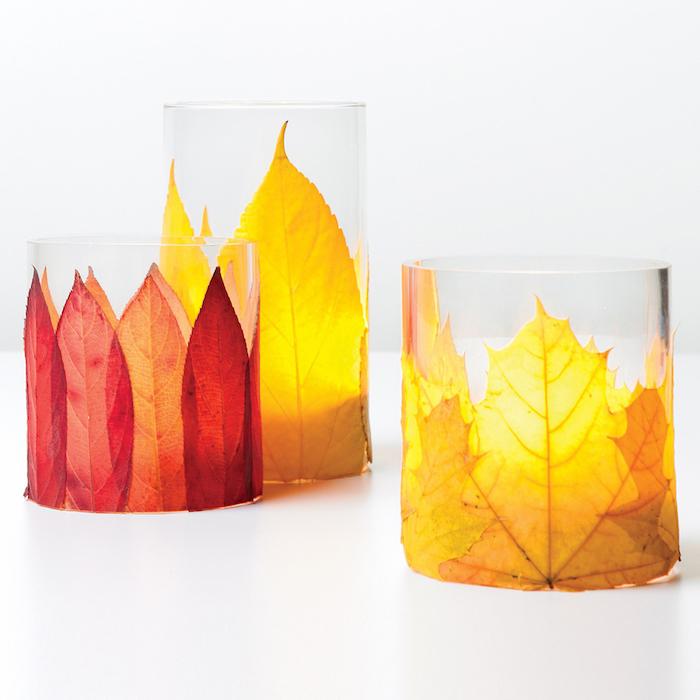 recipients bocaux en verre décoré de feuilles d automne sur l extérieur, activité automne à faire soi meme facilement