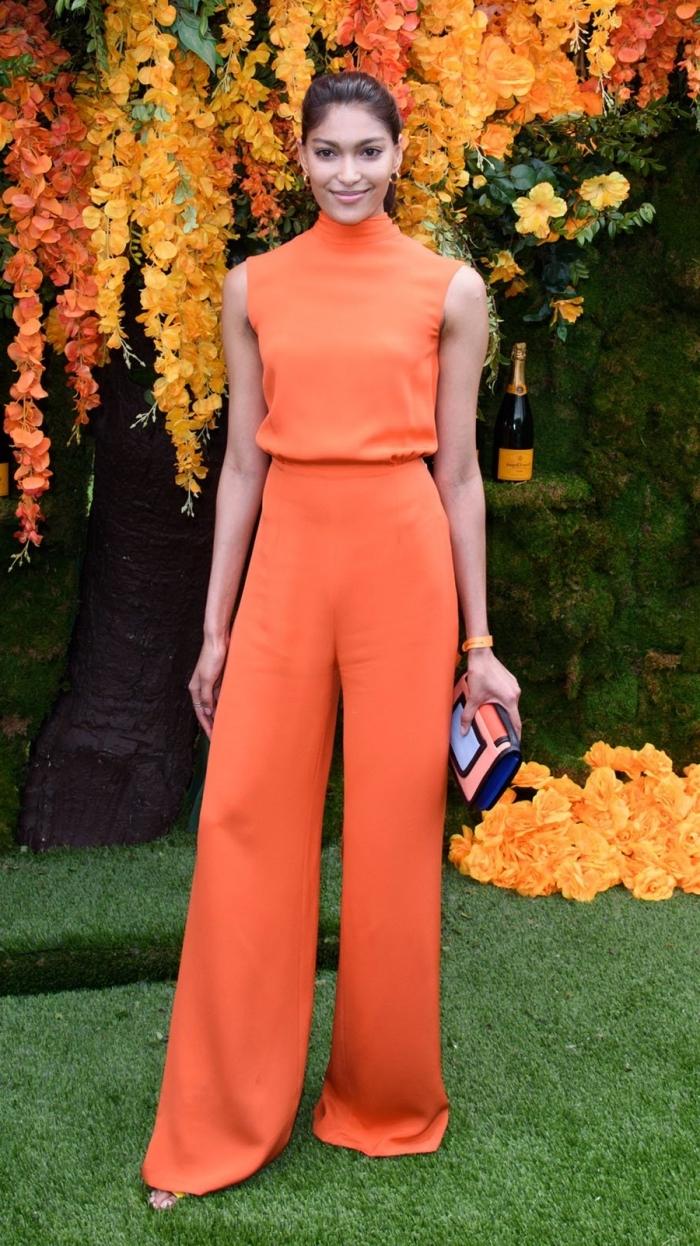 quelles couleurs porter à un mariage, modèle de combinaison orange à col montant et jambes larges avec sandales