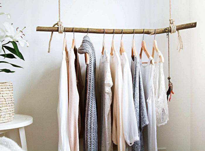 penderie suspendue réalisée avec une branche et de la corde, aménager un dressing diy dans un coin de la chambre