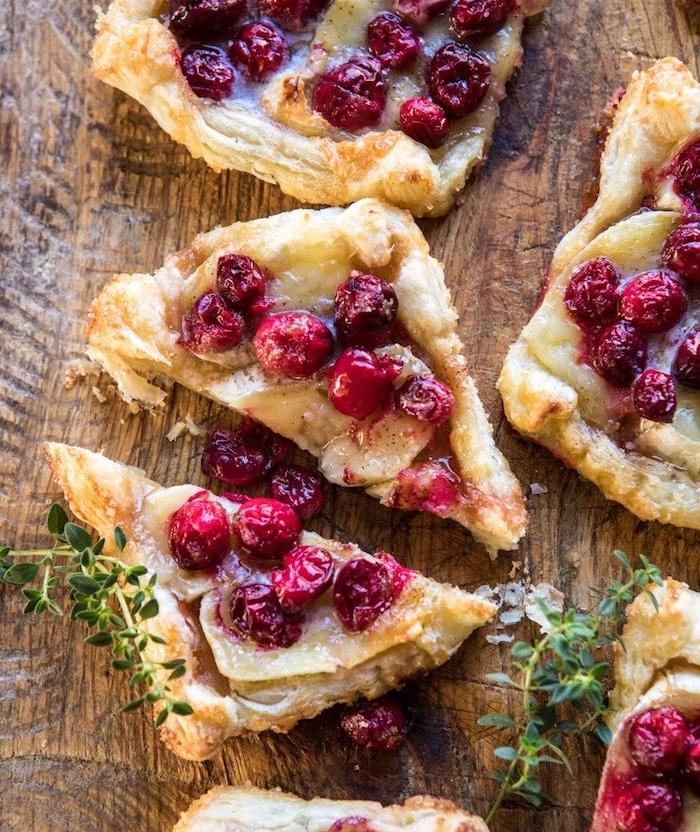 triangles en pate feuilletée et canneberges et thym frais sur fromage brie, faire apéritif dinatoire simple sucré-salé