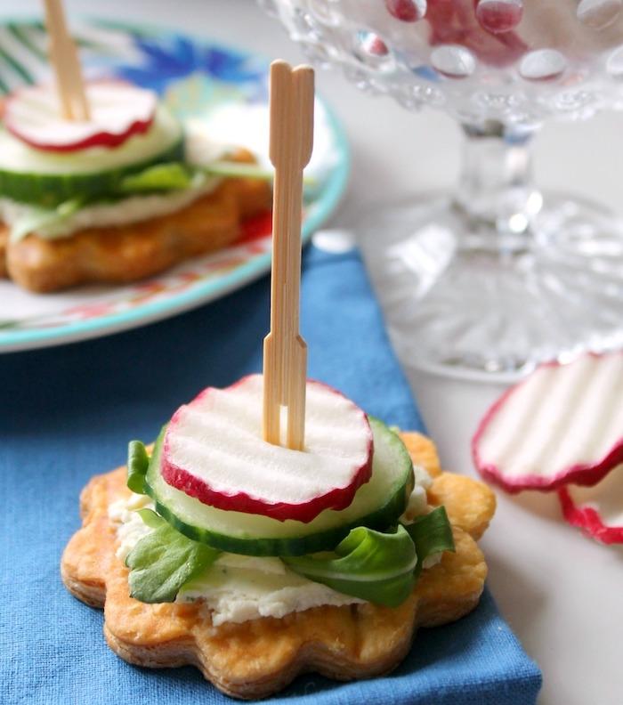 mini brohette apero simple sur pate feuilletée en forme de fleur, fromage à la crème, concombre, radis