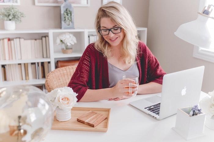 Etre freelance, quelques conseils pour décorer votre maison, bureau à domicile, déco bureau blanc, murs rose pale