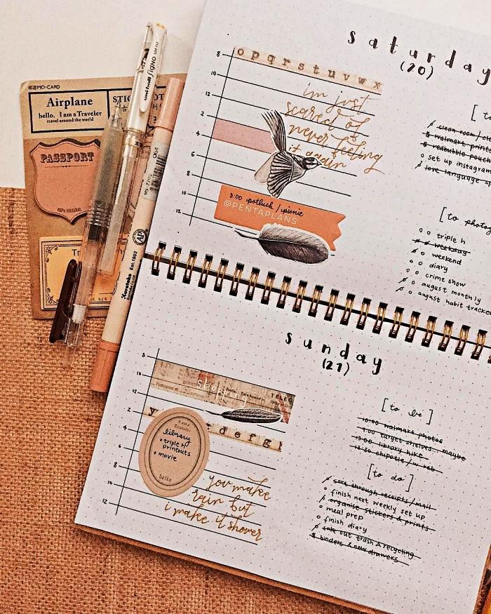 cahier bullet journal avec une mise en page à la verticale, bullet journal décoré de stickers et mots inspirants