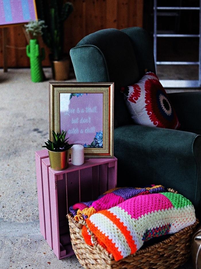 etagere deco en caisse ikea peint en rose, petite table d'appoint en caisse à vin, bidouilles ikea pour une déco originale
