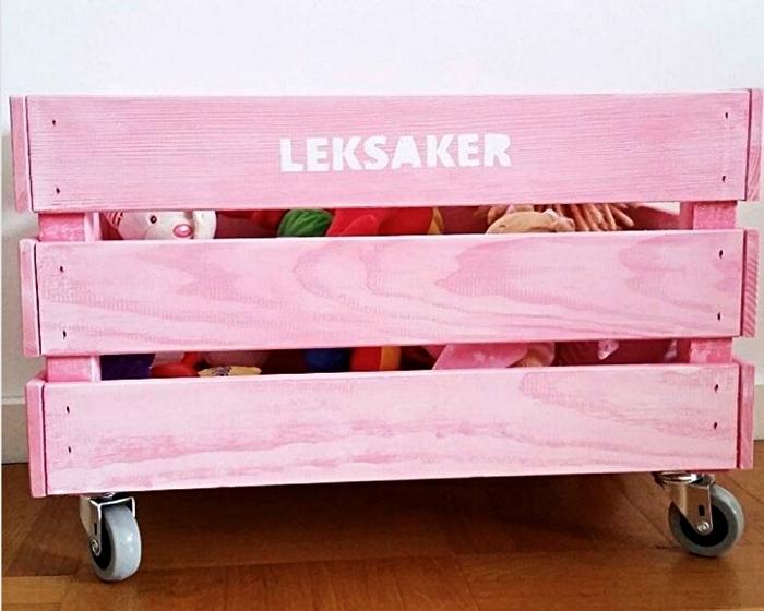 ikea boite rangement knagglig cusomisée avec de la peinture rose et des roulettes, caisse de rangement ikea pour la chambre d'enfant